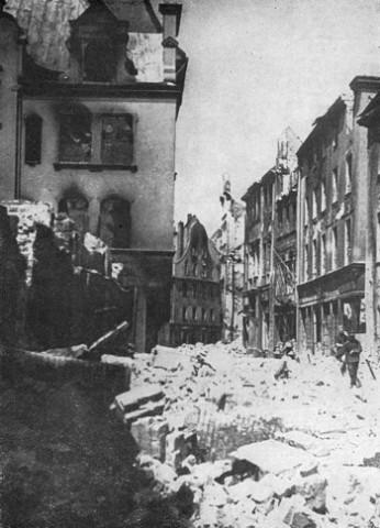 В разрушенном городе 1944 год